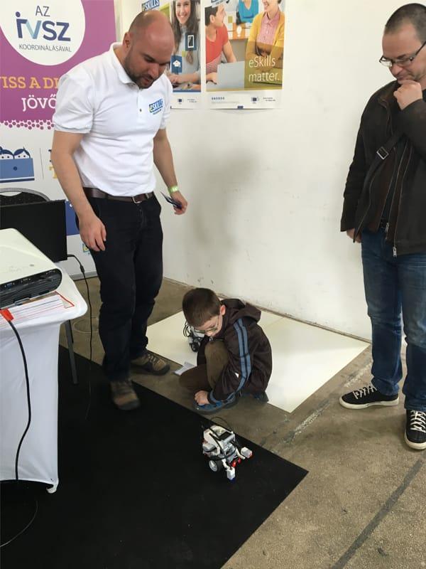 Lego Robot a Veletech Kiállítás IVSZ standjánál