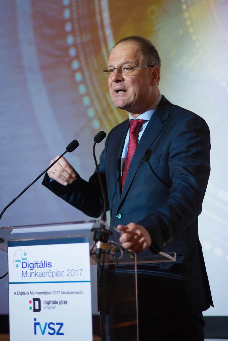 Navracsics Tibor, az Európai Bizottság oktatásért-, kultúráért-, ifjúságpolitikáért- és sportért felelős biztosa